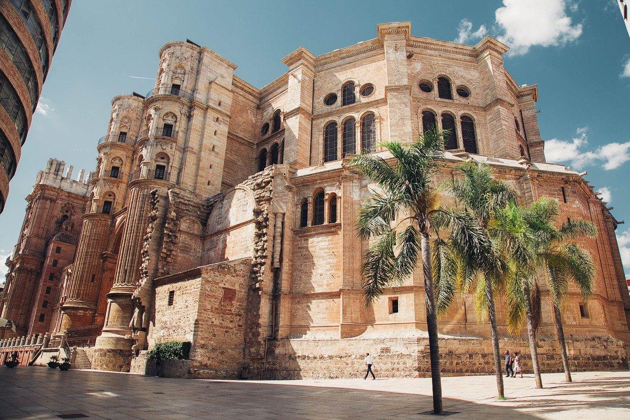 Visita la catedral de Málaga dejando las maletas con bagscare
